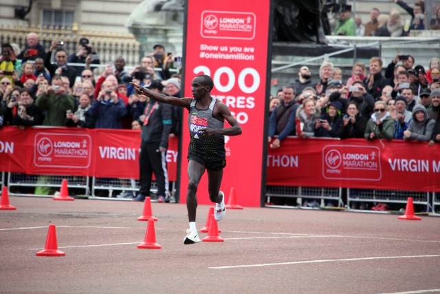 london-mar-2016-kipchoge-vor-ziel-high-res