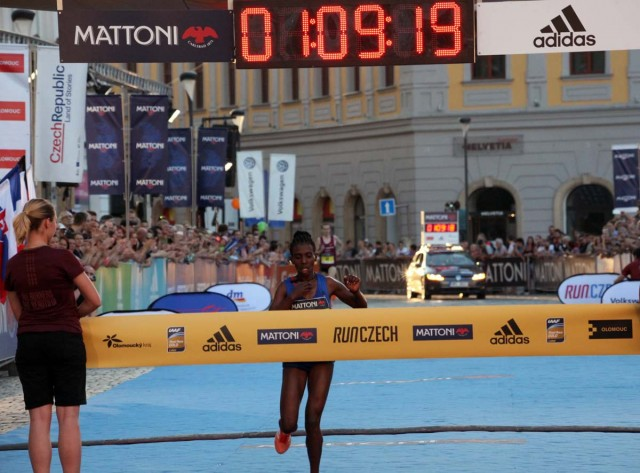olomouc-half-2017-finish-degefa
