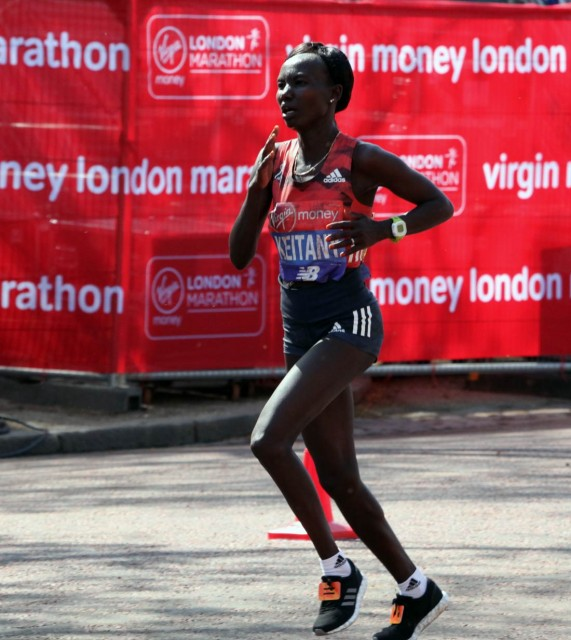 london-mar-2018-keitany-vor-finish